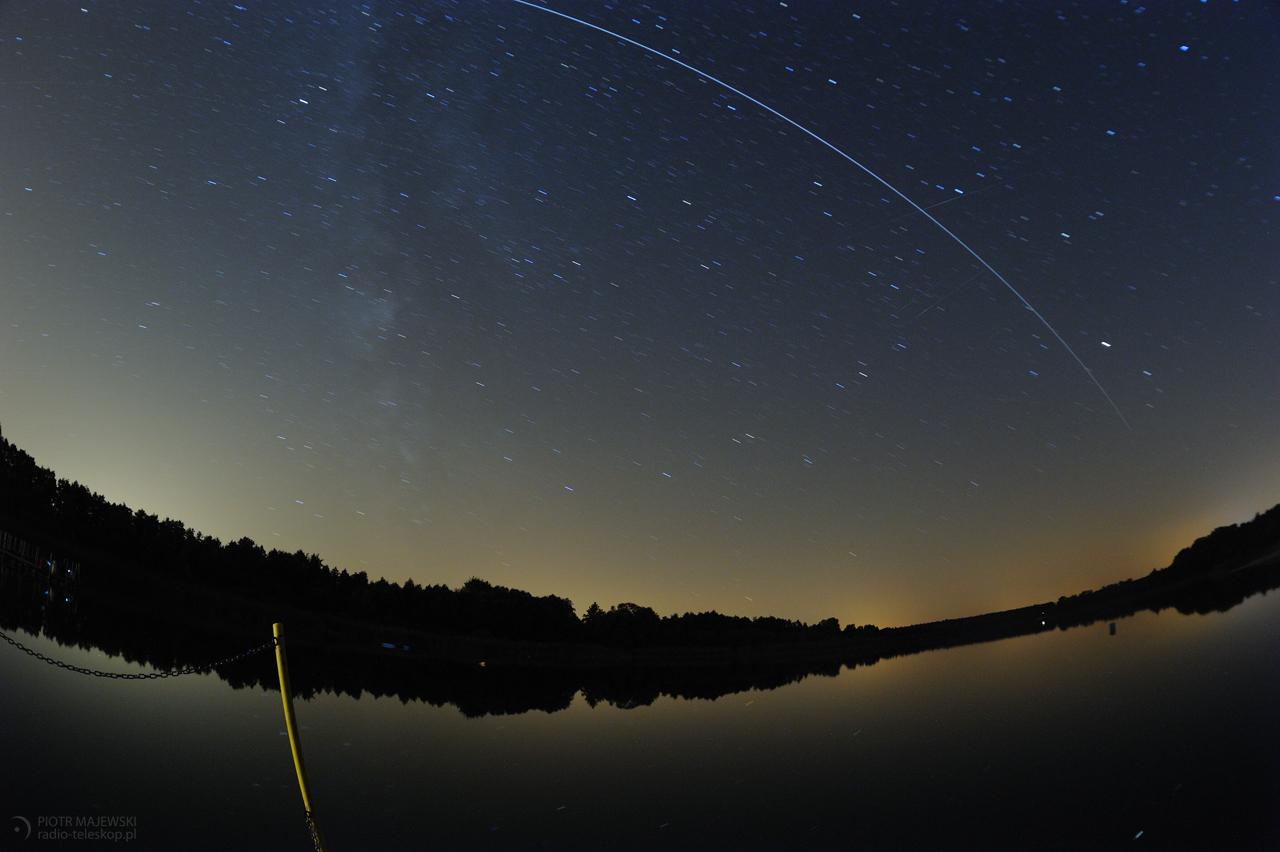 Kosmiczna żegluga. Międzynarodowa Stacja Kosmiczna (ISS) na nocnym niebie.