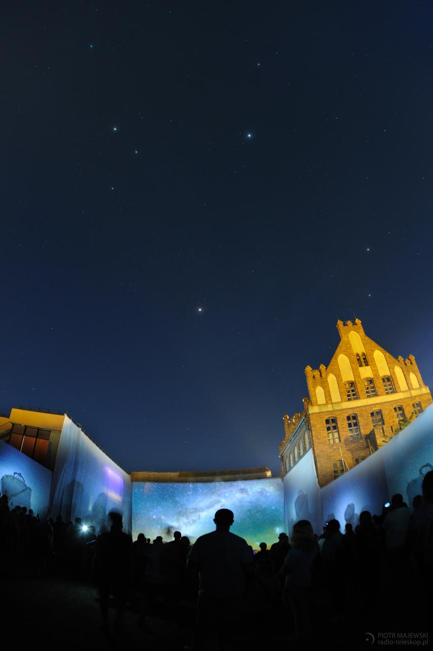 SKYWAY. Trójkąt Letni nad Toruniem w trakcie Bella Skyway Festival.