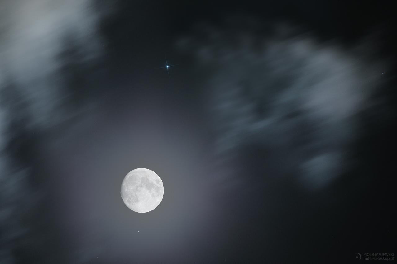 PARA W OPARACH. Księżyc i Regulus.
