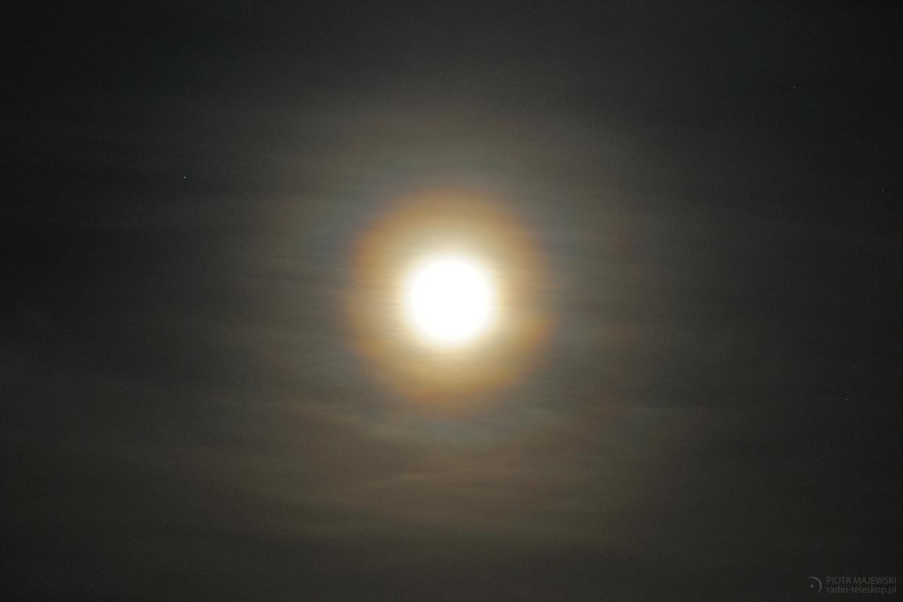 PODWÓJNA KORONA. Wieniec i korona pyłkowa wokół Księżyca.