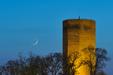 KORONY KRÓLÓW. Księżyc po nowiu i Wenus nad Mysią Wieżą w Kruszwicy.