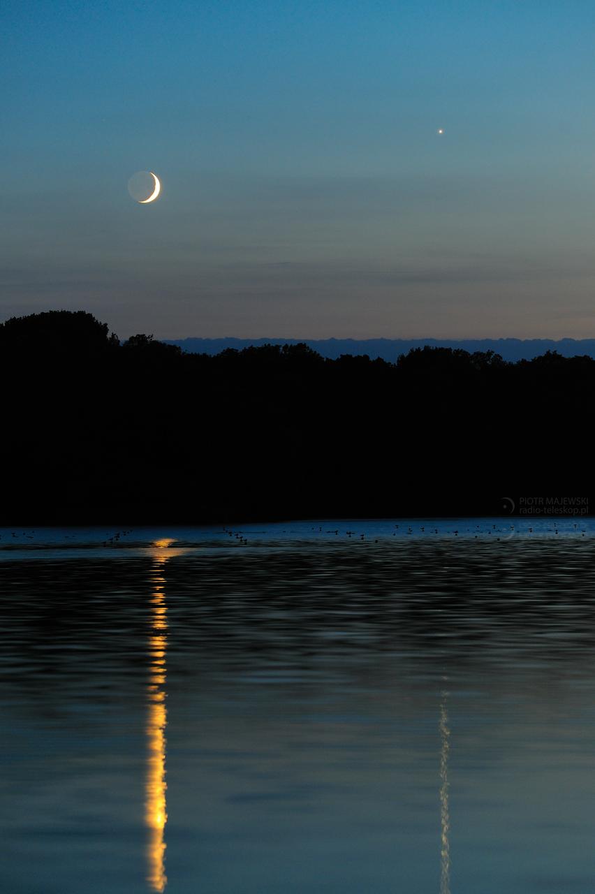 BLASKI, CIENIE I ODBLASKI. Księżyc i Wenus nad Jeziorem Gopło.