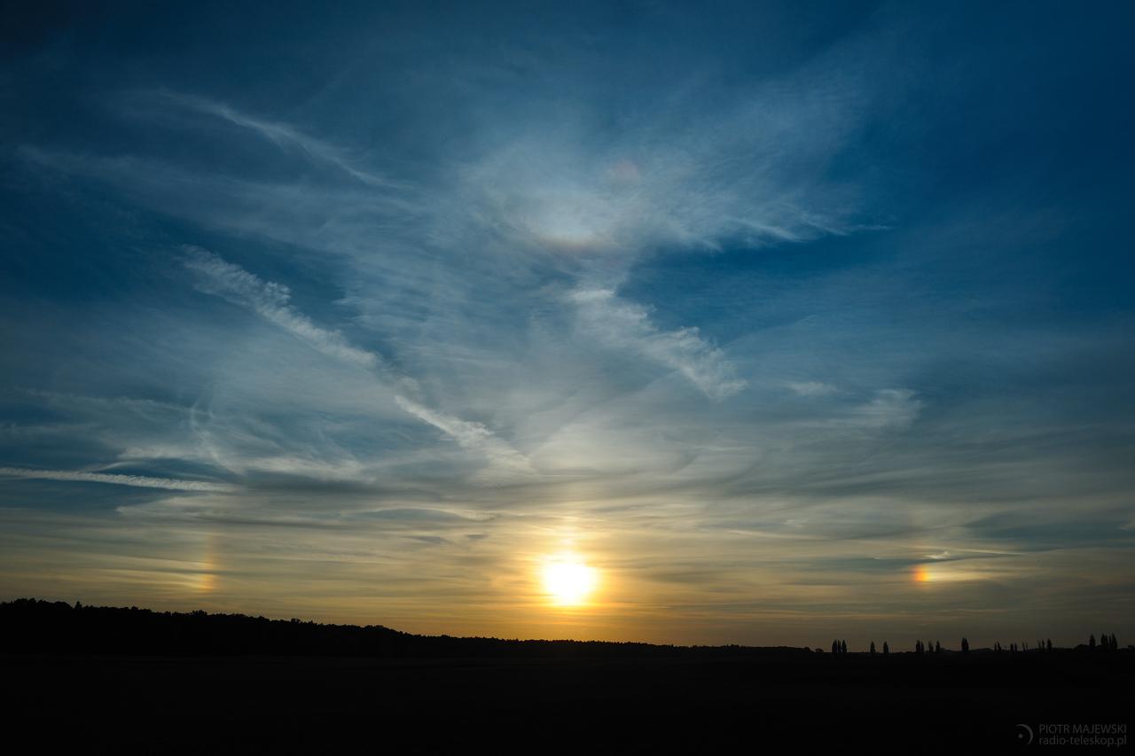 TRZY SŁOŃCA. Parhelia, czyli słońca poboczne i górny łuk styczny.