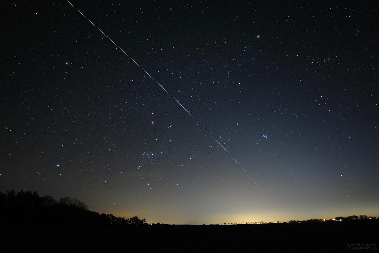 ZIMOWY ODLOT. Przelot stacji kosmicznej ISS na tle zimowych gwiazd.