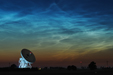 FALE KOSMICZNE. Obłoki Srebrzyste nad radioteleskopem w Piwnicach.