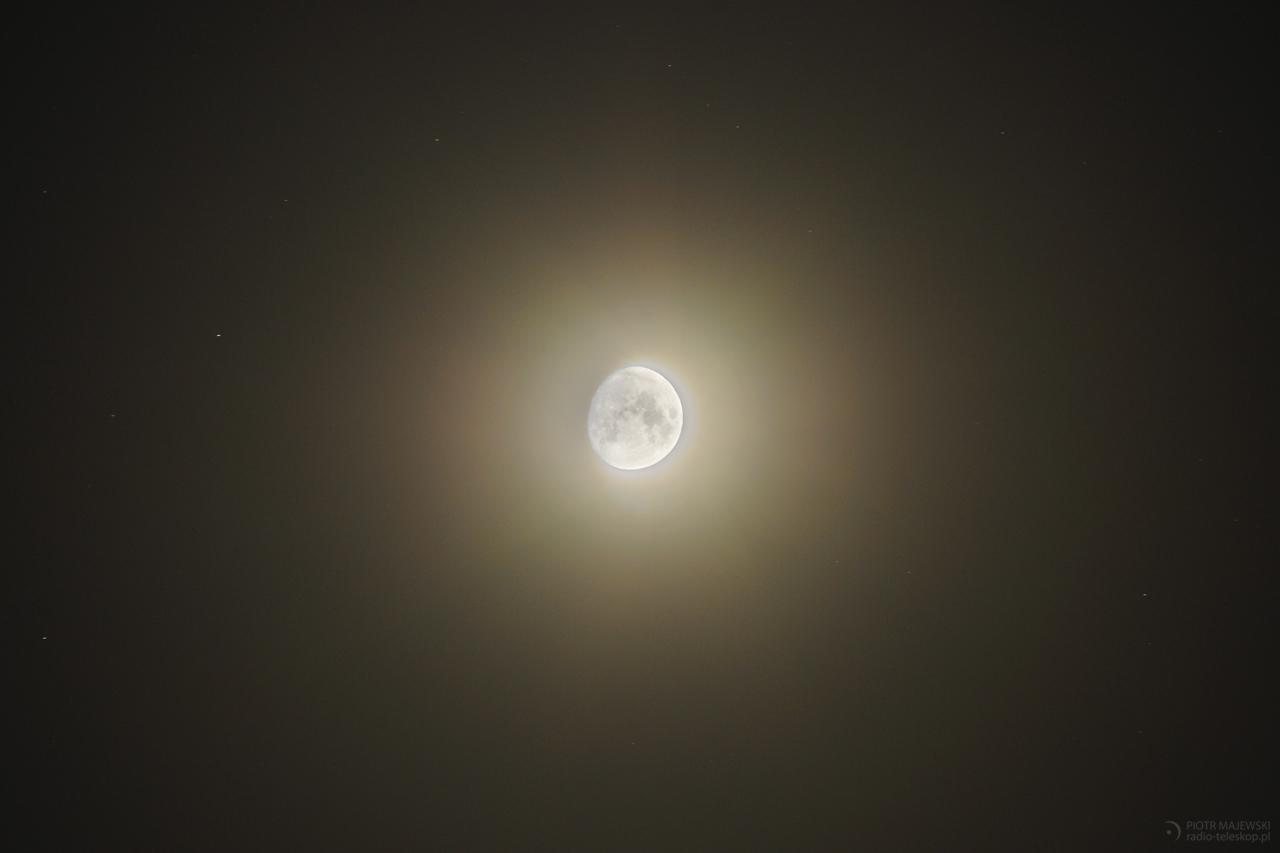WULKANICZNY KSIĘŻYC. Pył rozproszony światłem Księżyca.