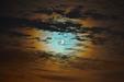 SATURN W KORONIE. Księżyc i Saturn w koronie z chmur.