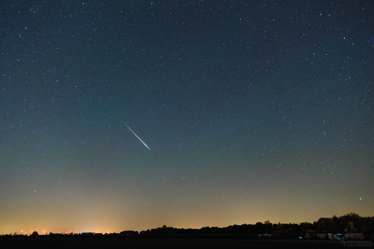 AIRGLOW. Meteor z roju Perseidów na tle nieba z poświatą Airglow.
