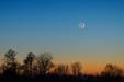 LUTY NÓW. Młody Księżyc nad zamrożonym Jeziorem Gopło.