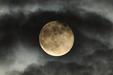 PONURY SUPERKSIĘŻYC. Pełnia Superksiężyca w obłokach.